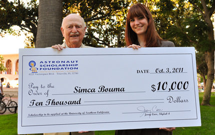 Skylab astronaut and USC alumnus Jerry Carr presented Simca Bouma, a USC Dornsife student majoring in mathematics and physics, with a $10,000 scholarship from the Astronaut Scholarship Foundation. The Astronaut Scholarship is the largest monetary award given in the United States to science and engineering undergraduate students based solely on merit. Photo by Jie Gu.