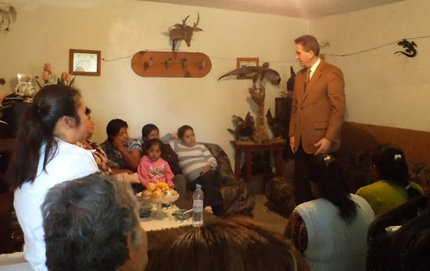 Steven Lopez, professor of psychology in USC Dornsife, addresses a group of promotoras and family members of relatives who are mentally ill at a Casa de Salud private home in Puebla, Mexico. Photo by Ava Casados.