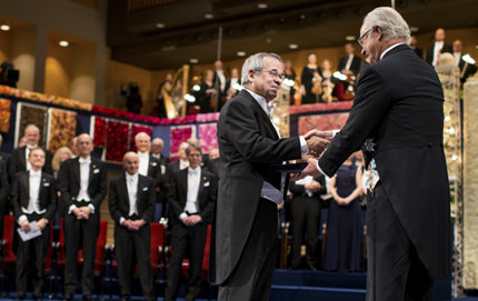 USC Dornsife's Arieh Warshel (left) receives the 2013 Nobel Prize in Chemistry from Sweden's King Carl XVI Gustaf at a ceremony in Stockholm, Sweden, on Dec. 10. PHOTO BY ALEXANDER MAHMOUD, COPYRIGHT NOBEL MEDIA AB.